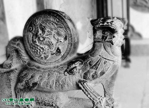 徽州木雕的题材广泛,有人物,山水,花卉,禽兽,虫鱼,云头,回纹,八宝博古